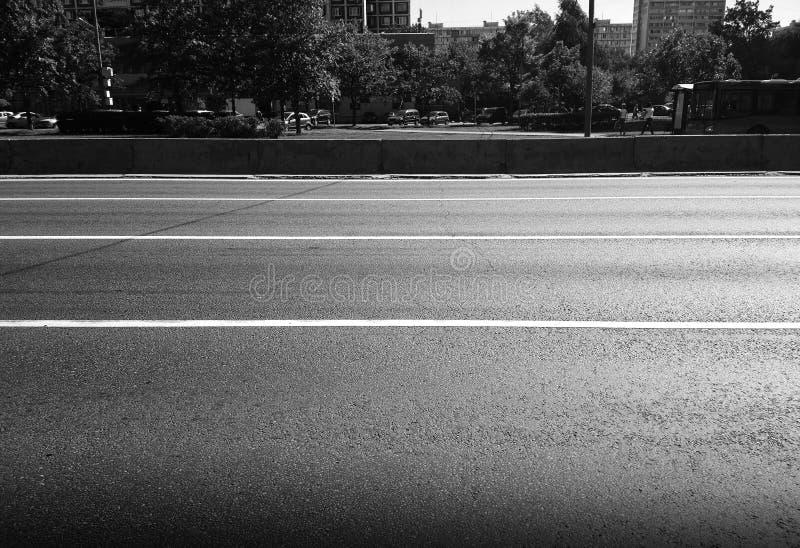 Горизонтальная черно-белая предпосылка дороги города стоковое фото rf