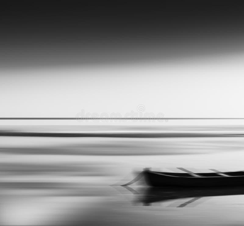 Горизонтальное яркое живое черно-белое abstra нерезкости шлюпки перемещения стоковые изображения