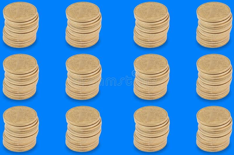 Горизонтальные строки стогов много желтых монеток на голубой предпосылке стоковое изображение rf