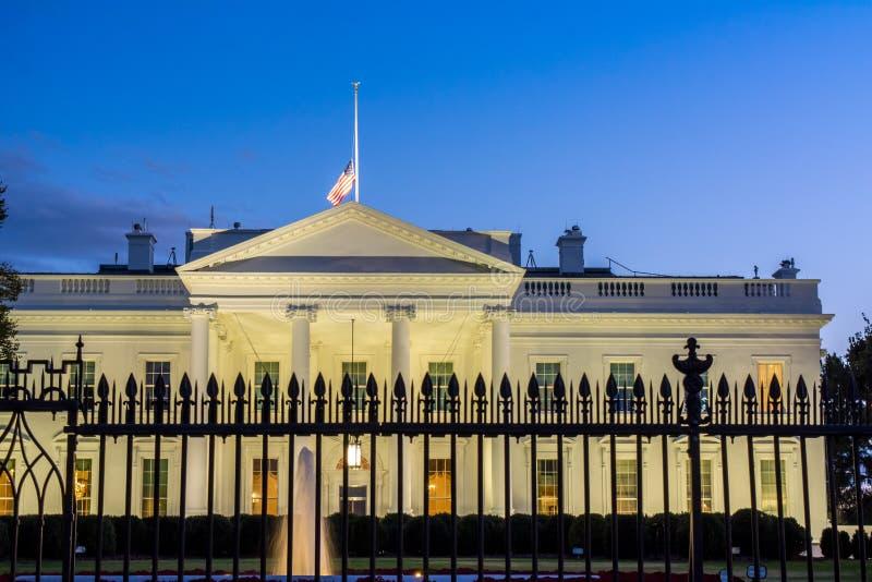 Горизонтальный взгляд Белого Дома в DC Вашингтона на сини стоковые изображения