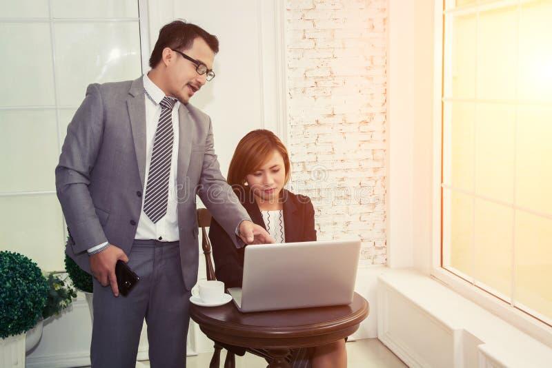 Горизонтальный взгляд босса говоря на работнике стоковое изображение