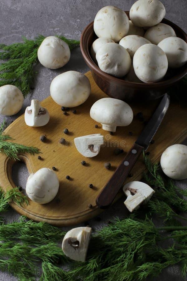 Горизонтальный взгляд грибов champignon Ингредиенты для варить вкусные вегетарианские блюда стоковая фотография rf