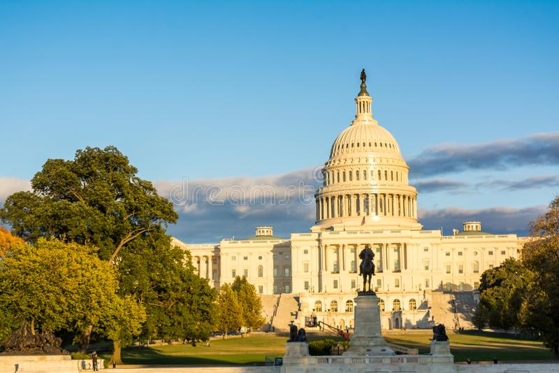 Горизонтальный взгляд конгресса США в DC Вашингтона на золотом h стоковые изображения