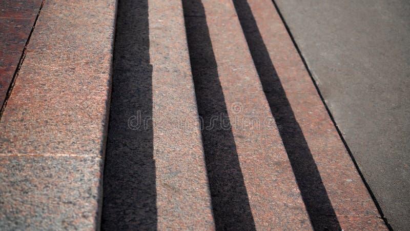 Горизонтальный взгляд теней запроектированный на лестницах гранита стоковые фотографии rf
