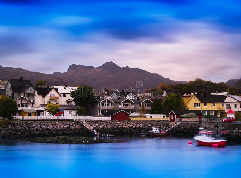 Горизонтальный живой яркий фон предпосылки маленького города Норвегии стоковое фото rf