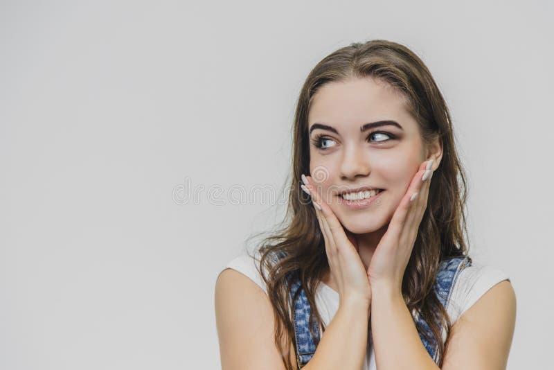 Горизонтальный портрет красивой женщины со славной стороной Носит прозодежды случайные джинсовой ткани и белую футболку o стоковые фотографии rf