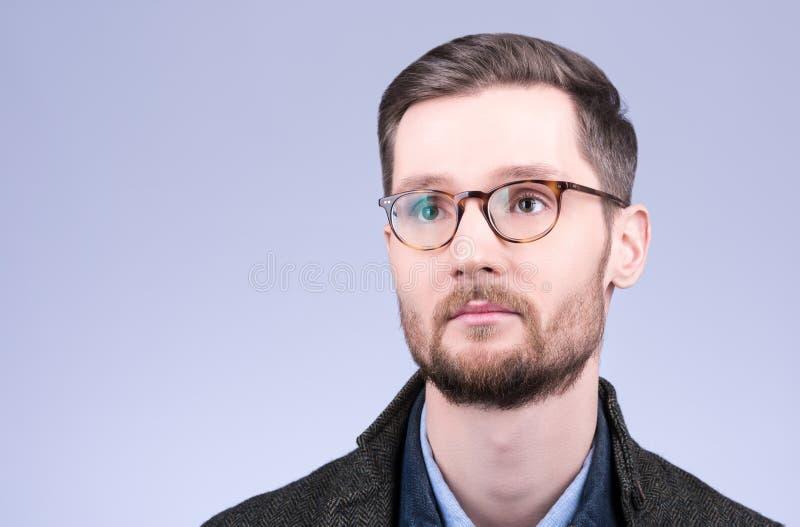 Горизонтальный портрет крупного плана стекел стильных молодых suicine стоковое фото rf