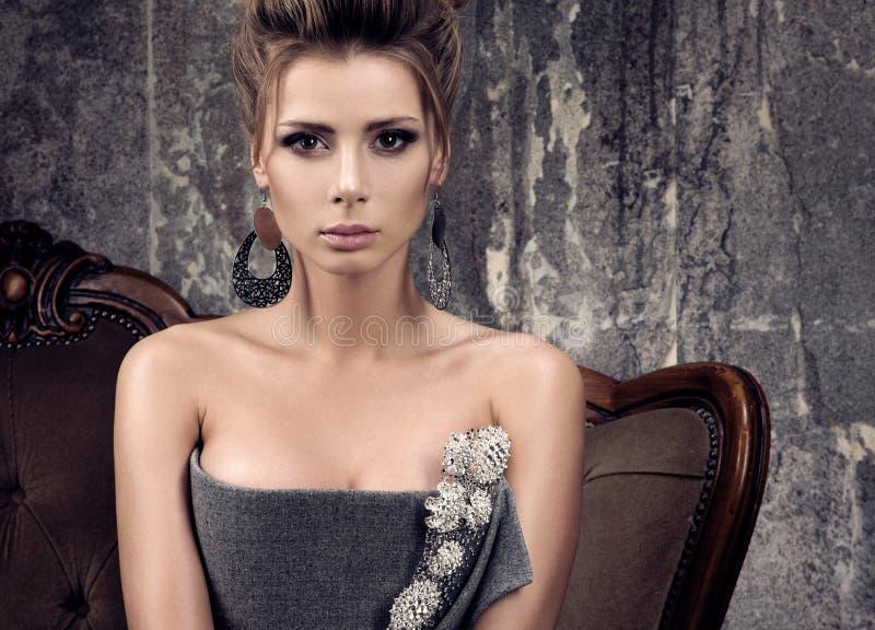 Горизонтальный портрет моды красивой молодой женщины в сером платье вечера стоковая фотография rf