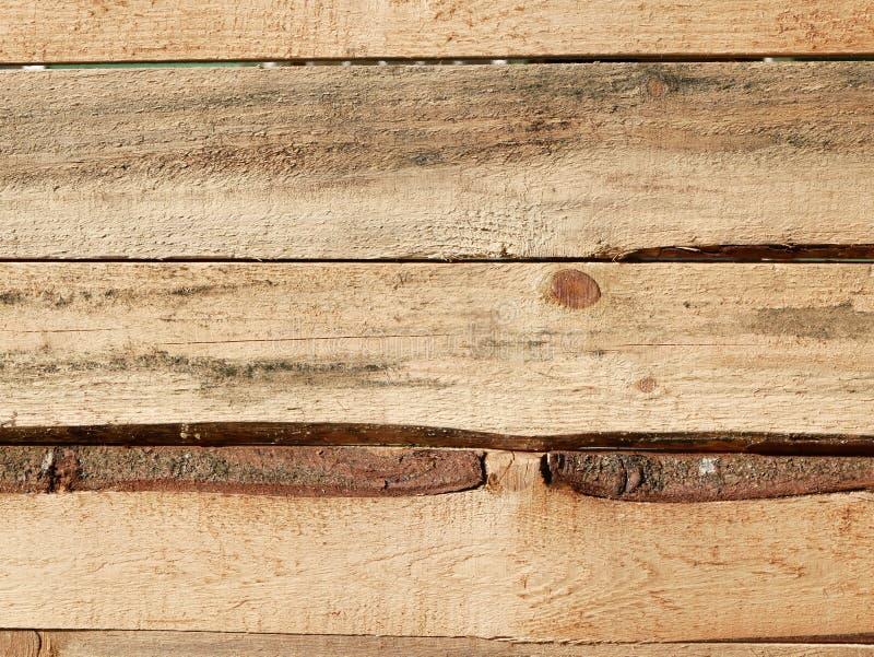Горизонтальный сантехник Пиломатериалы с сосен-бортов Грубо обработанная сосновая доска Текстура древесины промежуток между плата стоковые фотографии rf
