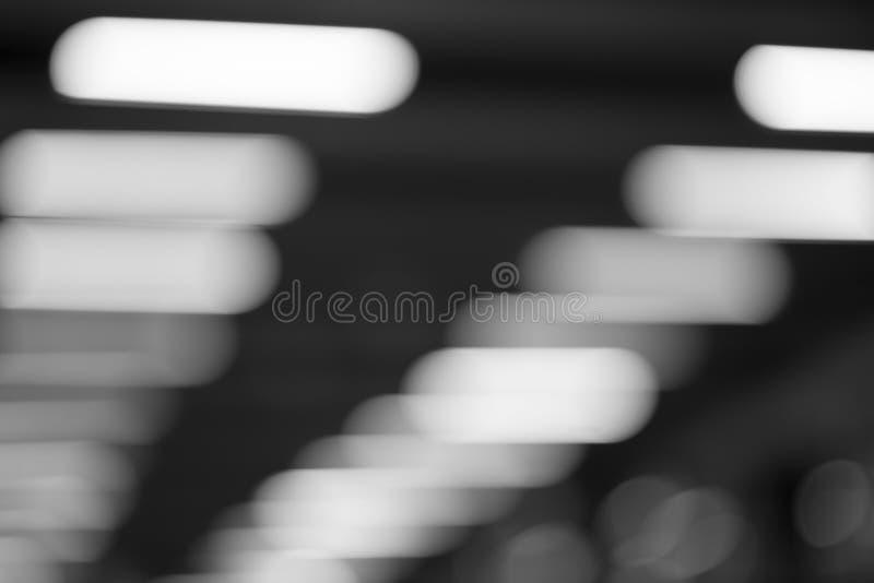 Горизонтальная черно-белая предпосылка bokeh ламп офиса стоковые фотографии rf