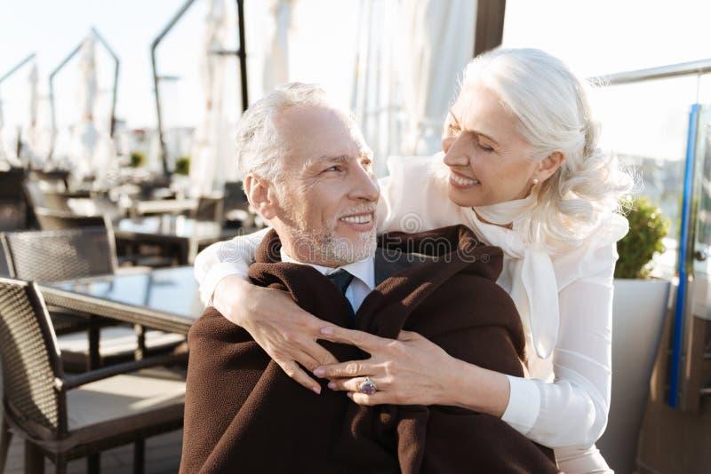 Горизонтальное фото счастливых пар пока находящся в ресторане стоковая фотография