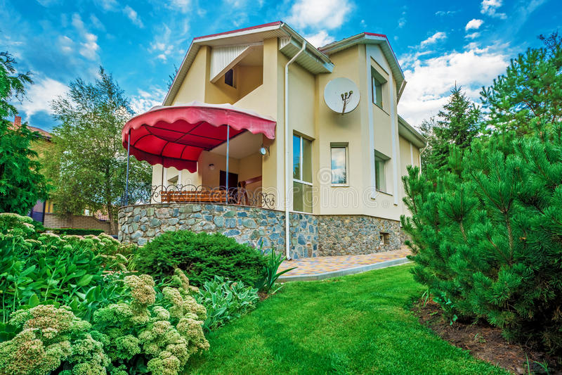 Горизонтальный взгляд предназначенного для одной семьи дома стоковое изображение