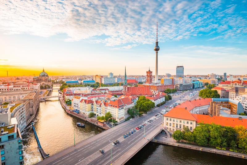Горизонт Берлина с рекой на заходе солнца, Германией оживления стоковое фото rf