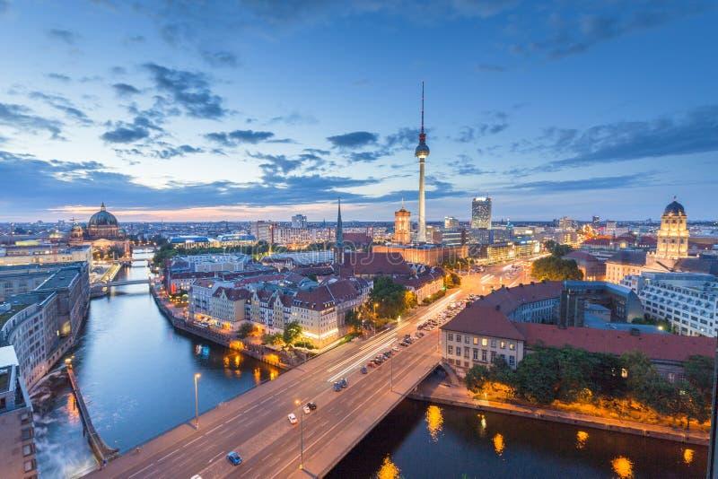 Горизонт Берлина с рекой на ноче, Германией оживления стоковое фото rf