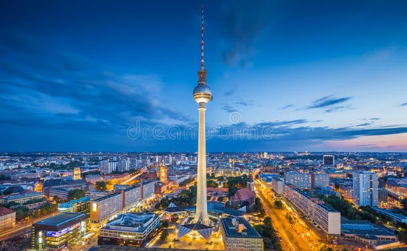 Горизонт Берлина с башней на ноче, Германией ТВ стоковая фотография