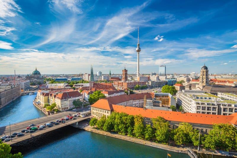 Горизонт Берлина с рекой в лете, Германией оживления стоковое фото rf