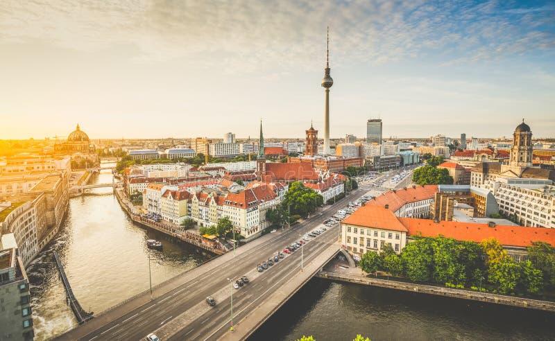 Горизонт Берлина с рекой на заходе солнца, Германией оживления стоковое изображение rf