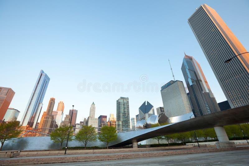 Горизонт бульвара Мичигана и мост BP пешеходный в Чикаго стоковые изображения