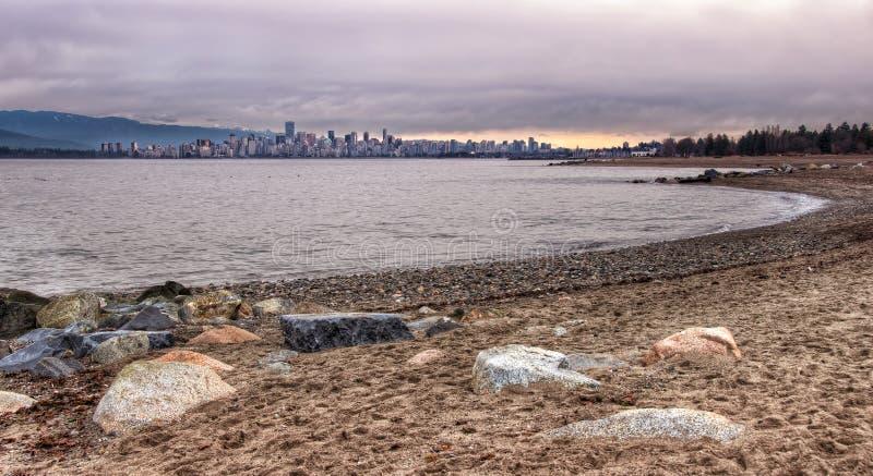Горизонт Ванкувер от пляжа Jericho стоковое изображение