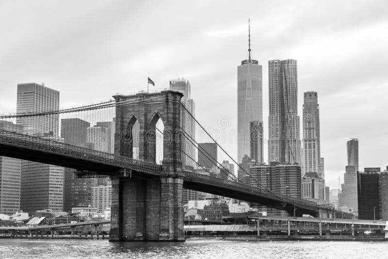 Горизонт в черно-белом, Нью-Йорк Бруклинского моста и Манхаттана, США стоковые изображения