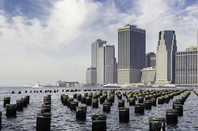 Горизонт гавани и Манхаттана Нью-Йорка, с штабелевками пристани. стоковая фотография rf