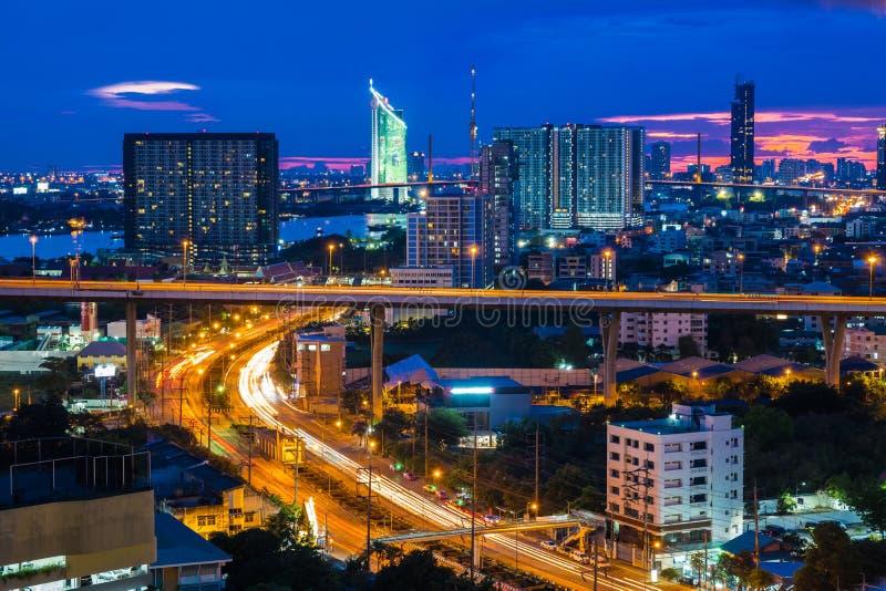 Горизонт города Бангкока с городскими небоскребами на заходе солнца стоковые фотографии rf