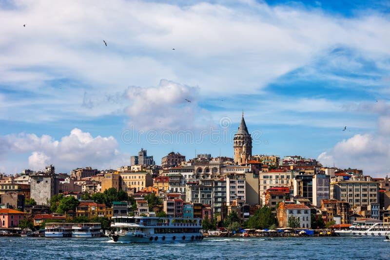 Горизонт города Стамбула от золотого рожка стоковые фотографии rf