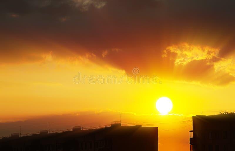 Горизонт города с драматической предпосылкой световых лучей захода солнца стоковое фото rf