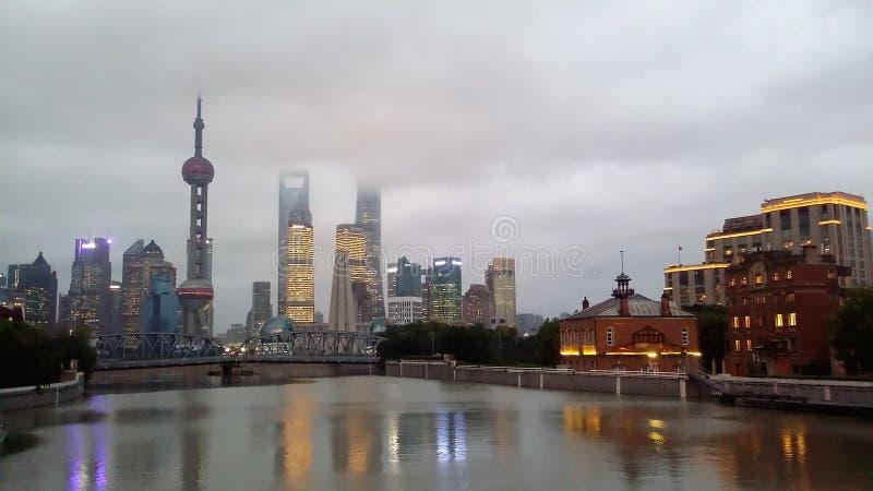 Горизонт города Шанхая, Китая на Реке Huangpu стоковая фотография rf