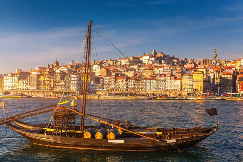 Горизонт города Oporto или Порту, река Дуэро, традиционные шлюпки и утюг Dom Луис или Luiz мост Порту, Португалия, Европа стоковые изображения