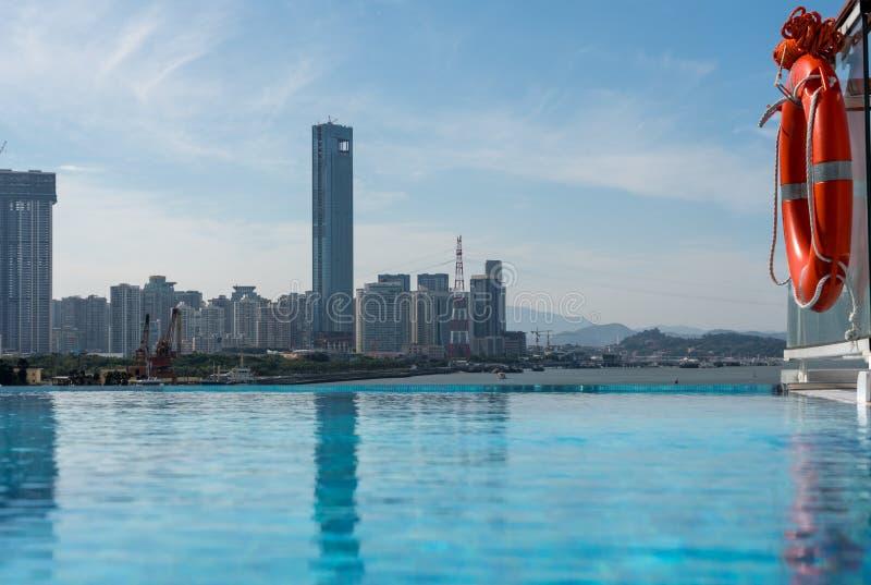Горизонт города Xiamen от бассейна края безграничности стоковое изображение