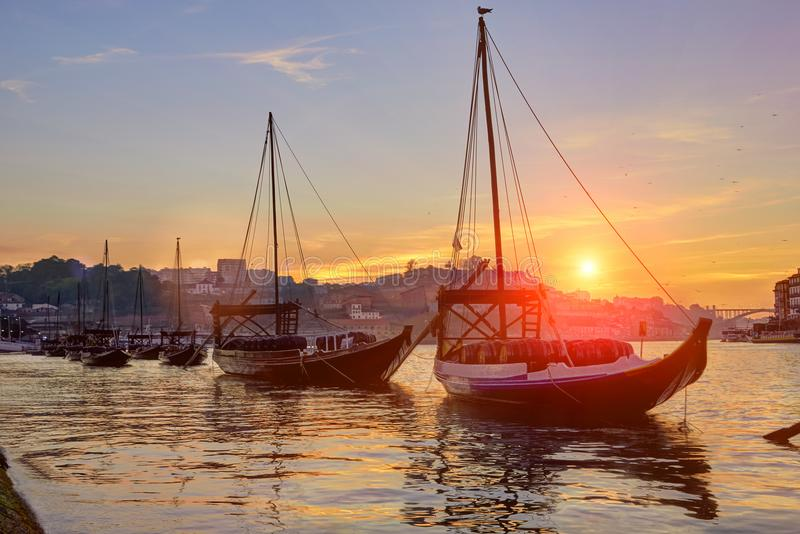 Горизонт городка Порту старый на реке Дуэро с шлюпками rabelo на заходе солнца стоковое фото rf