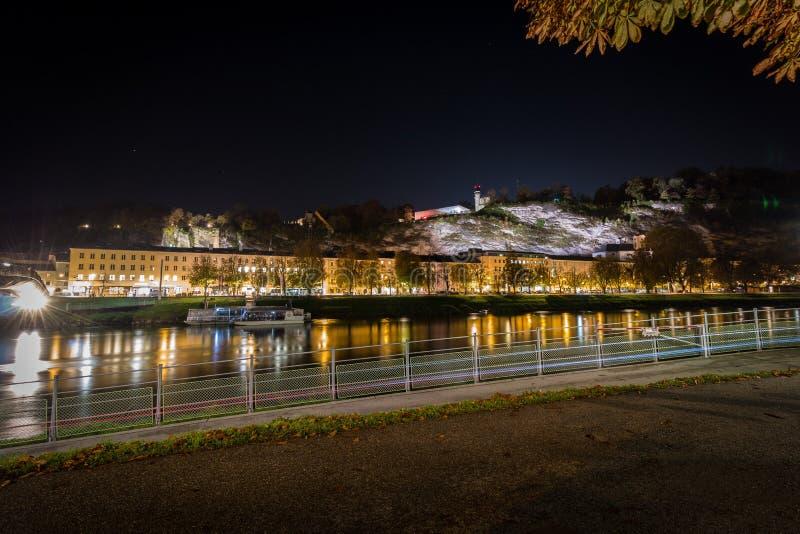 Горизонт городского пейзажа Зальцбурга с целью музея современная эпоха Mönchsberg стоковые изображения rf