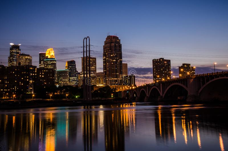 Горизонт городского пейзажа городского Миннеаполиса Минесоты в зоне метро города-побратимов стоковые изображения rf