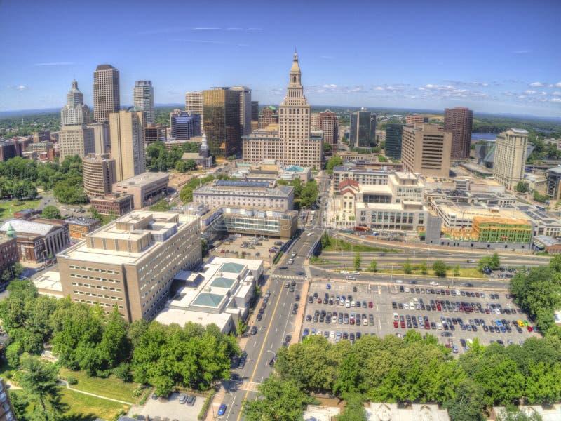 Горизонт городского Hartford, Коннектикута увиденный в лете трутнем стоковые изображения rf