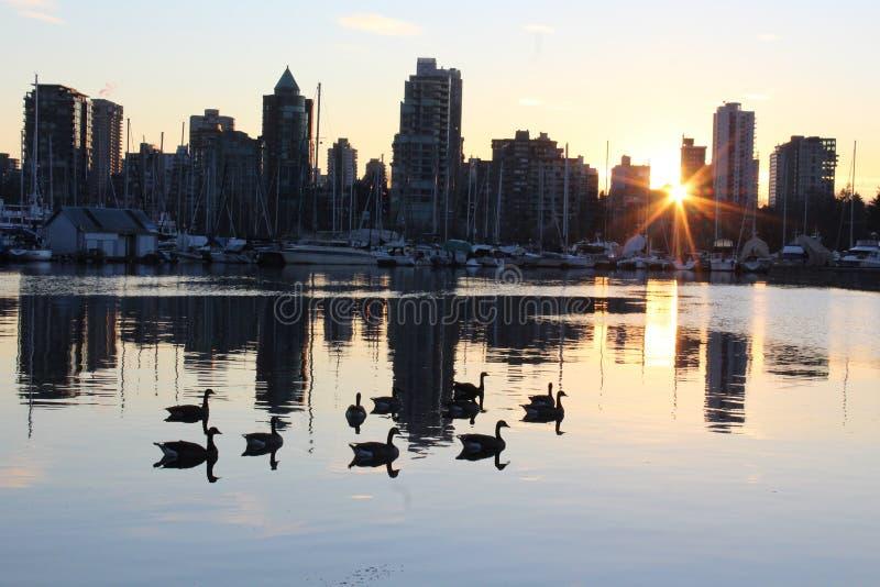 Горизонт города Ванкувера на сумраке захода солнца стоковая фотография