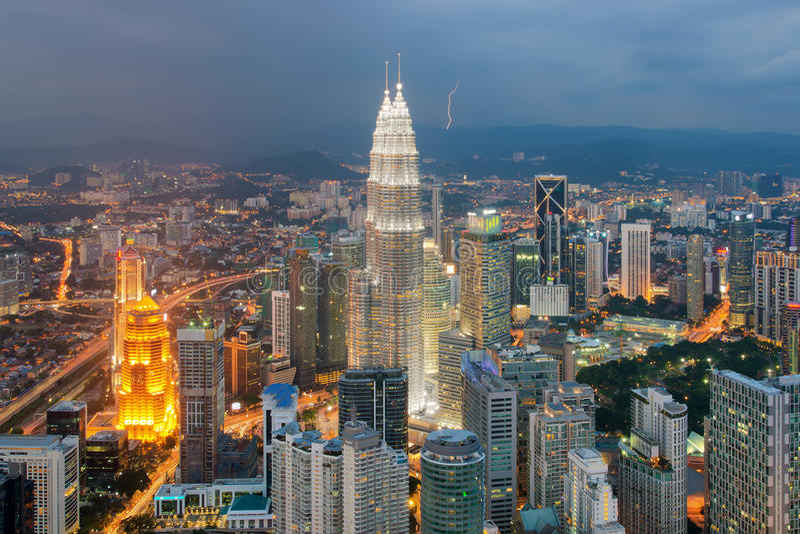 Горизонт города Куалаа-Лумпур на сумраке в Малайзии стоковое изображение rf