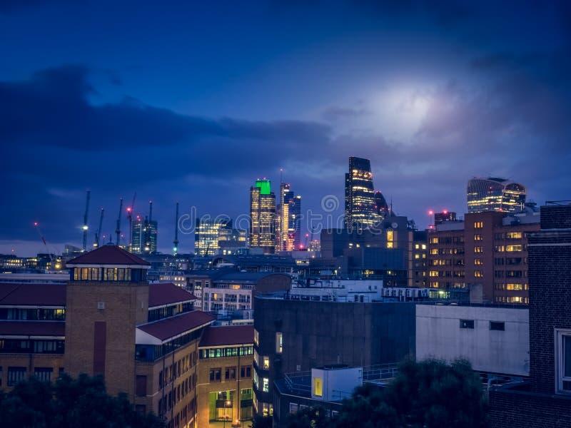Горизонт города Лондона на ноче стоковые фото