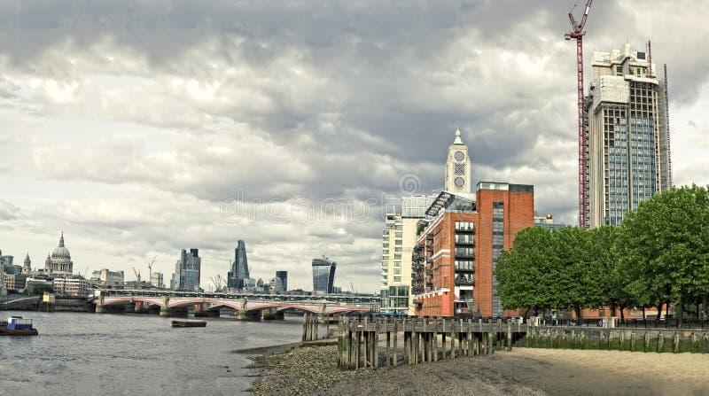 Горизонт города Лондона с мостом Blackfriars стоковые фото