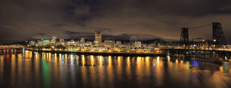 Горизонт города Портленда с мостами на ноче стоковое изображение