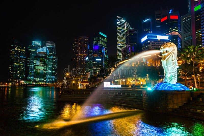 Горизонт города Сингапура на заходе солнца. стоковое фото