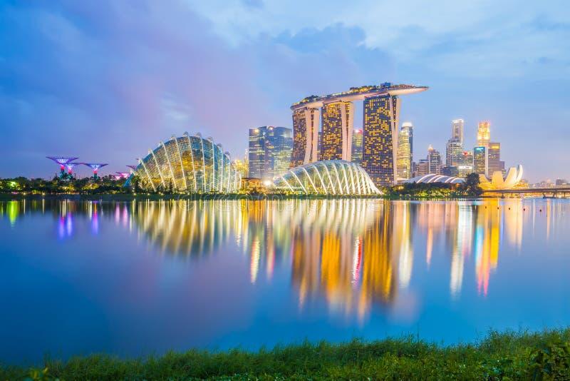 Горизонт города Сингапура на сумерк стоковое изображение
