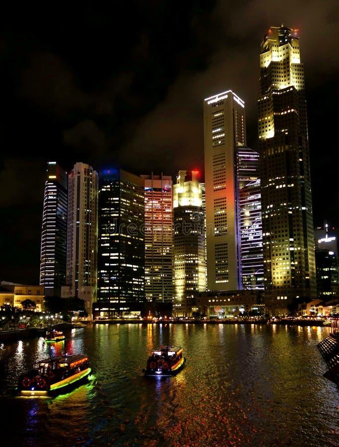Горизонт города Сингапура ночью стоковые изображения rf