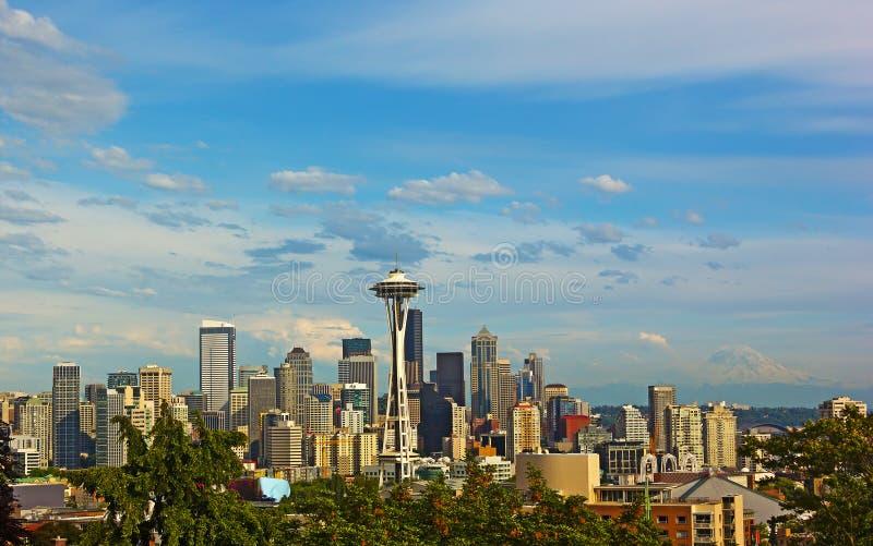 Горизонт города Сиэтл с Mount Rainier на предпосылке в лете стоковое изображение