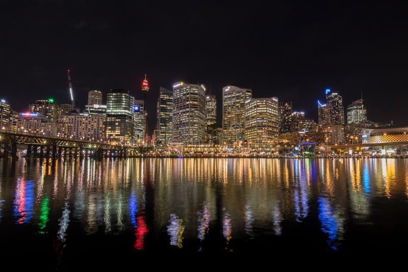 Горизонт города Сиднея на ноче около моста Pyrmont, Wha залива куколя стоковые изображения rf