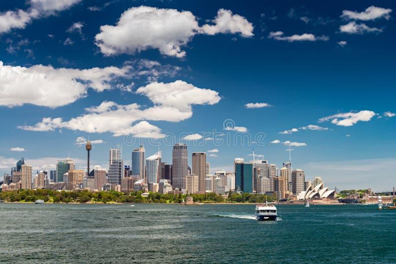 Горизонт города Сиднея на яркий день стоковые фото