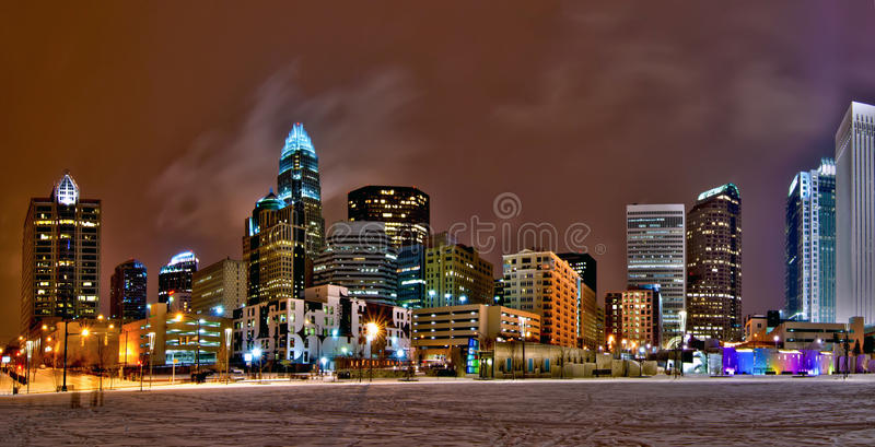 Горизонт города ферзя Шарлотты около romare bearden парк в зиме стоковые изображения