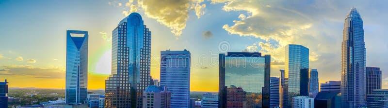 Горизонт города charlotte захода солнца Северной Каролины стоковое изображение
