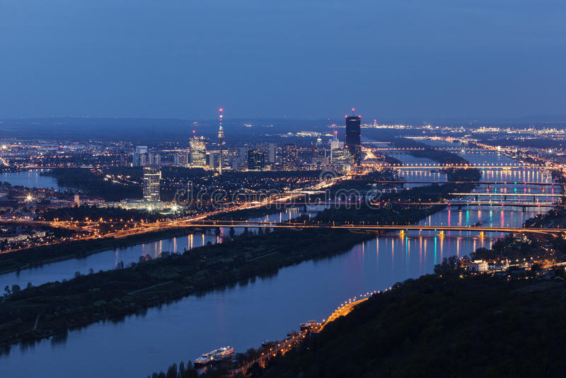 Горизонт города Donau - DC вены и мосты на Дунае стоковое изображение