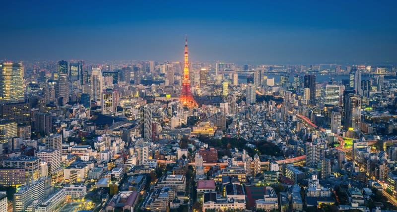 Горизонт городского пейзажа токио с башней на ноче, Японией токио стоковые изображения rf